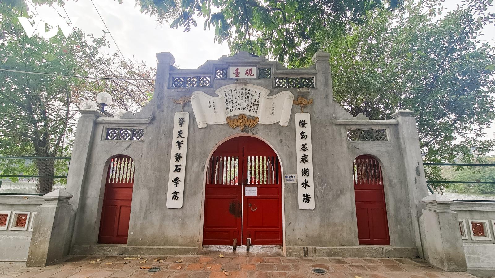 """Đền chùa ở Hà Nội """"cửa đóng, then cài"""", vắng lặng trong ngày đầu đi làm sau Tết"""