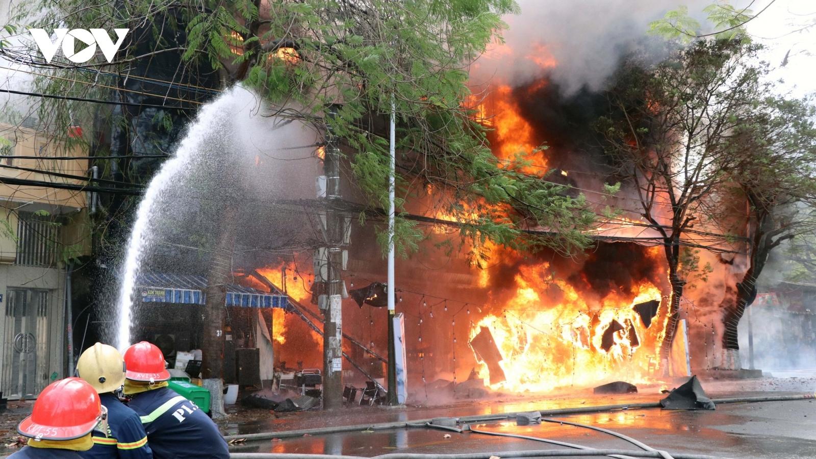 Cháy lớn, thiêu rụi 1 quán bar, karaoke trên đường Trần Phú