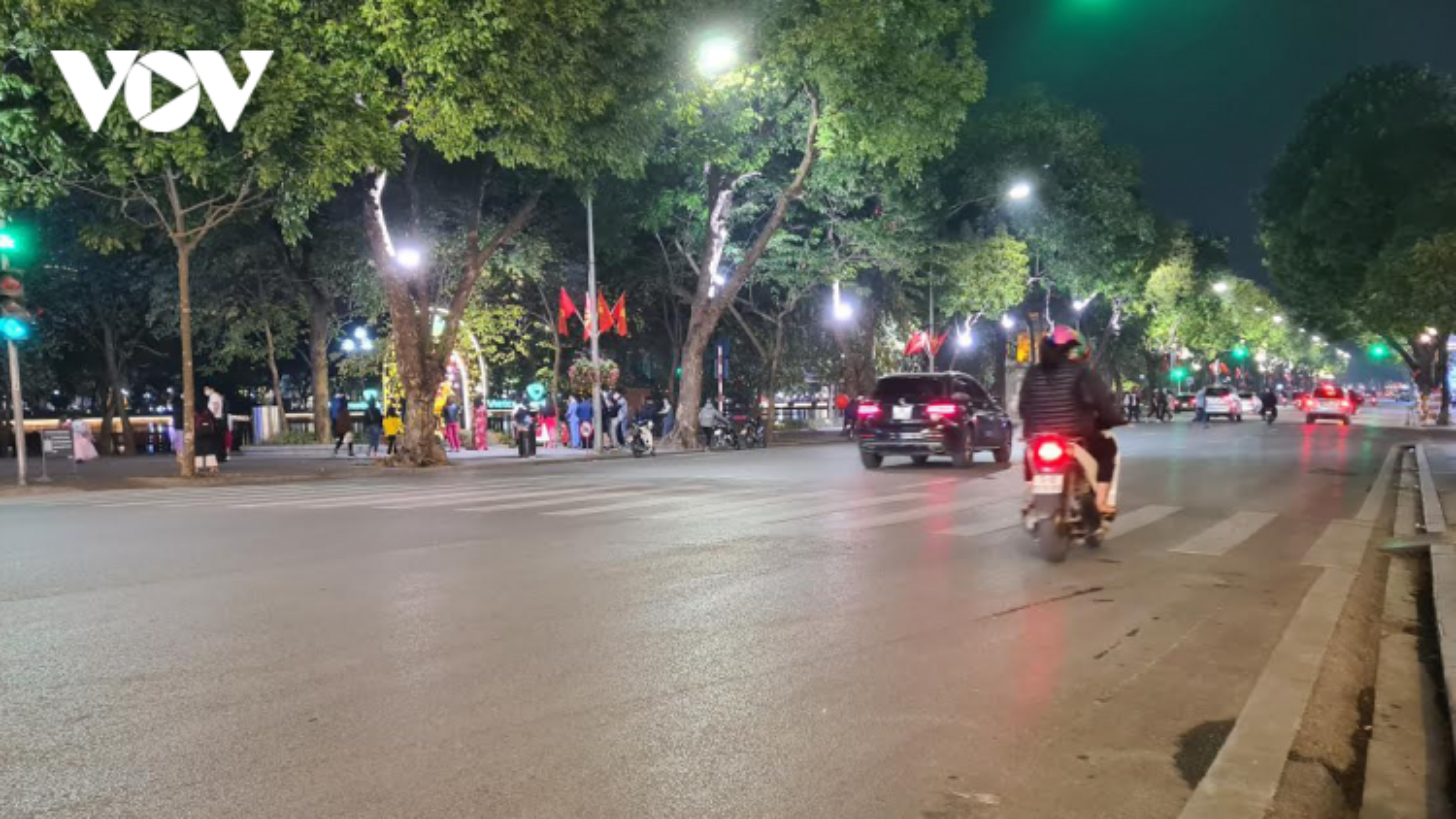 Đêm Giao thừa mùa dịch Covid-19, khu vực trung tâm Hà Nội thưa vắng người qua lại