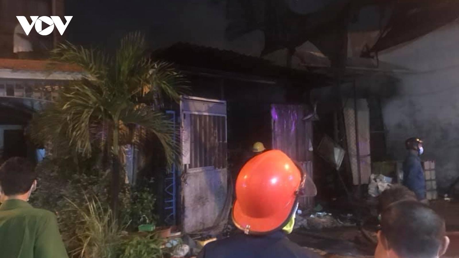 Cháy vựa phế liệu ở Bình Tân trong đêm