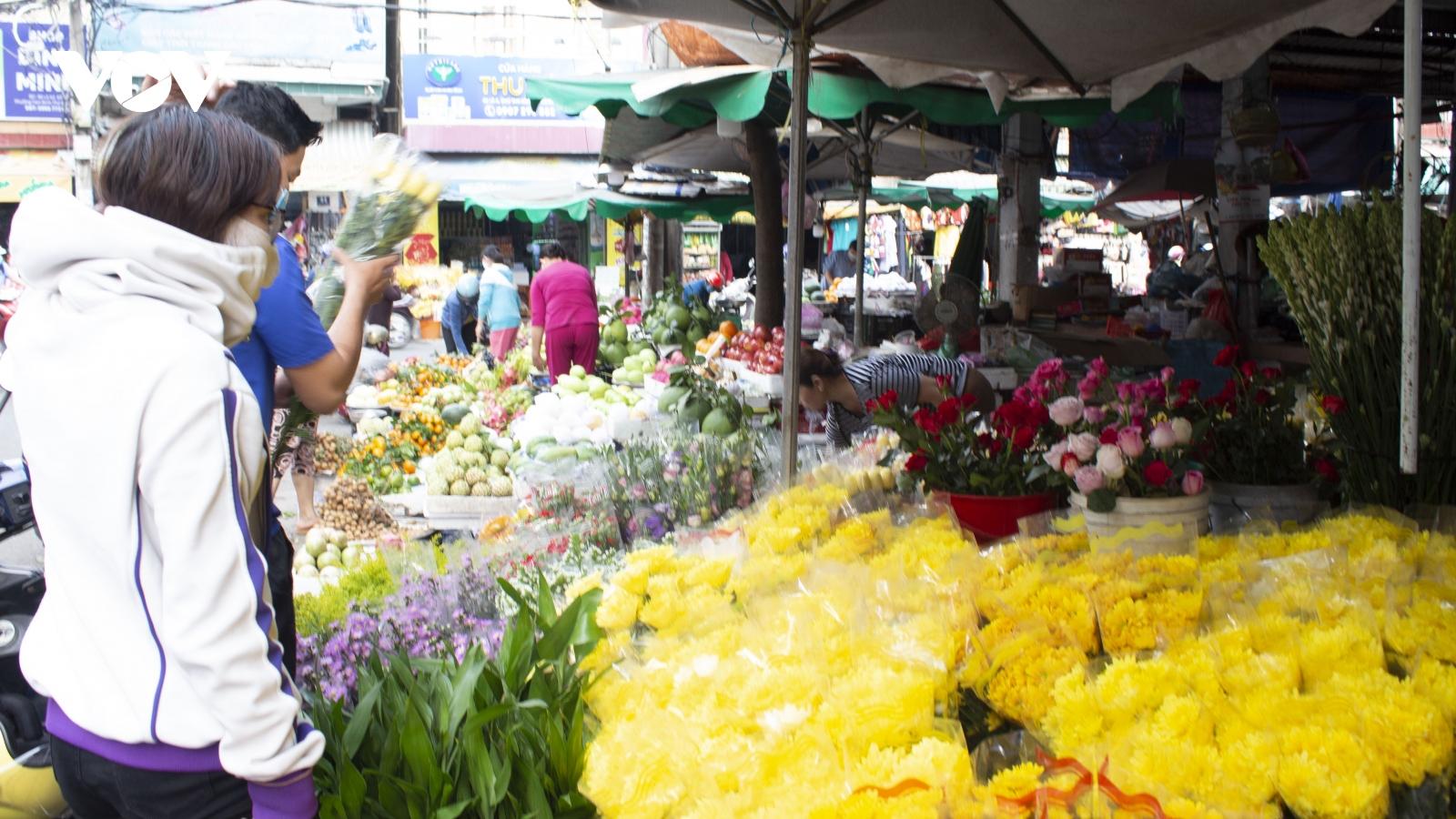 Ngày Rằm tháng Giêng, người dân TP HCM mua được nhiều hàng giá rẻ