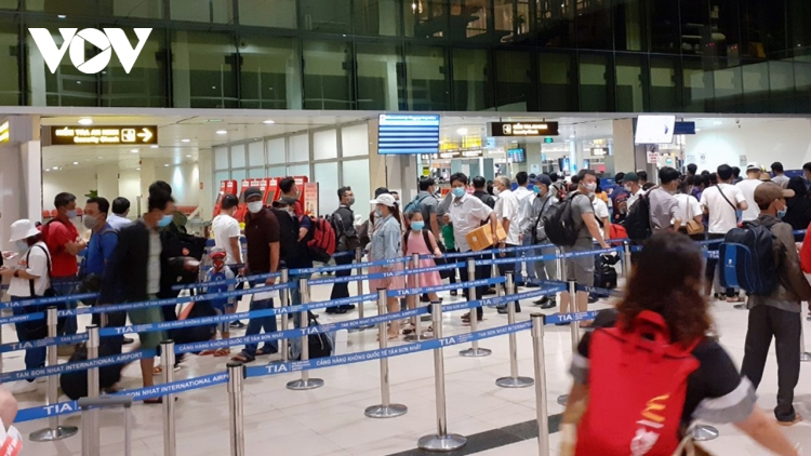 Sân bay Tân Sơn Nhất đo thân nhiệt tất cả hành khách quốc nội