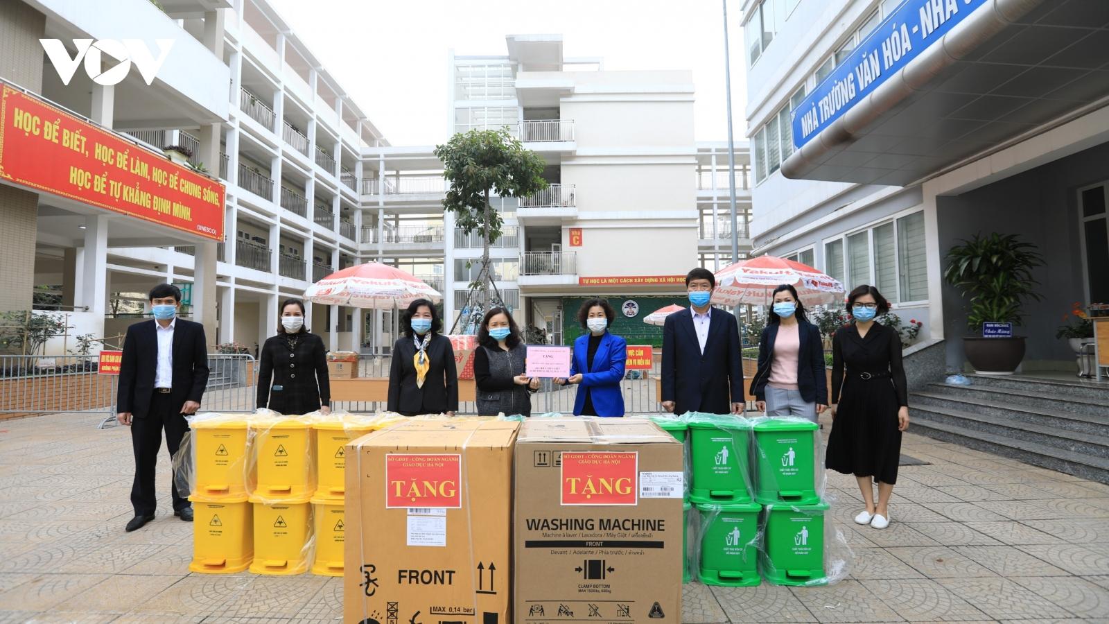 Sở GD-ĐT tặng máy giặt cho thầy trò trường Tiểu học Xuân Phương đang cách ly