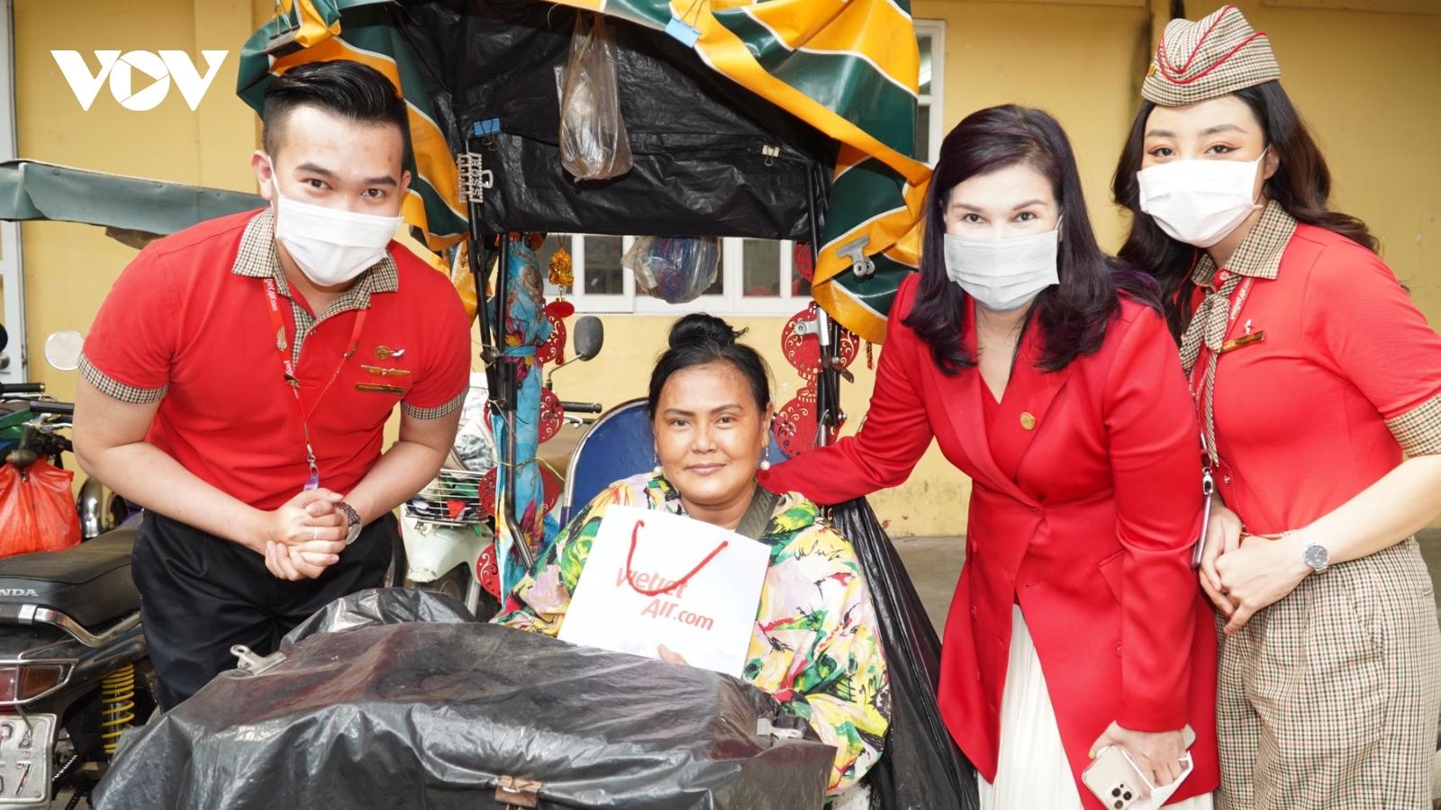 Vietjet tặng quà, chúc mừng năm mới cho người khuyết tật