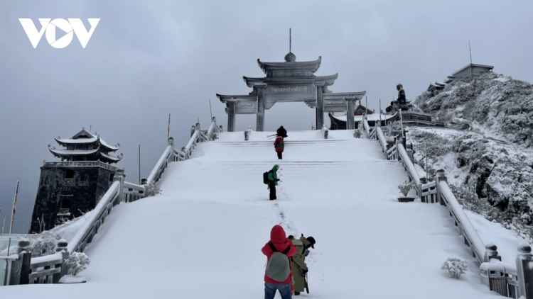 Fansipan Mt. in thick blanket of snow again as temperature falls to -3