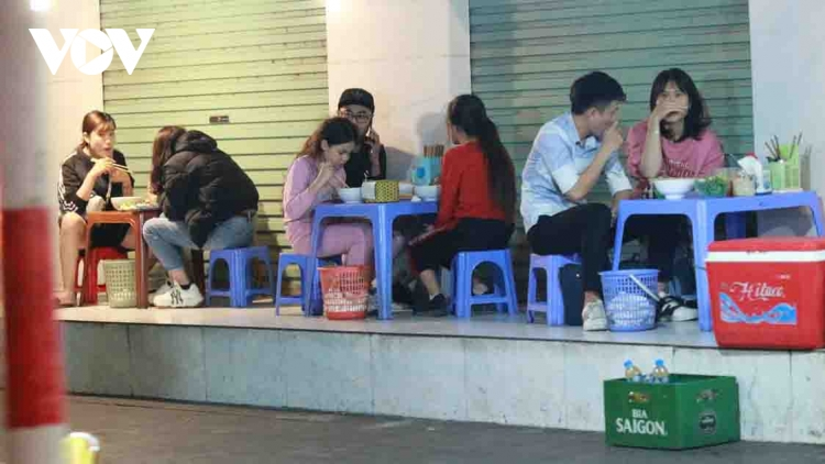 Street food stalls in Hanoi violate COVID-19 guidelines