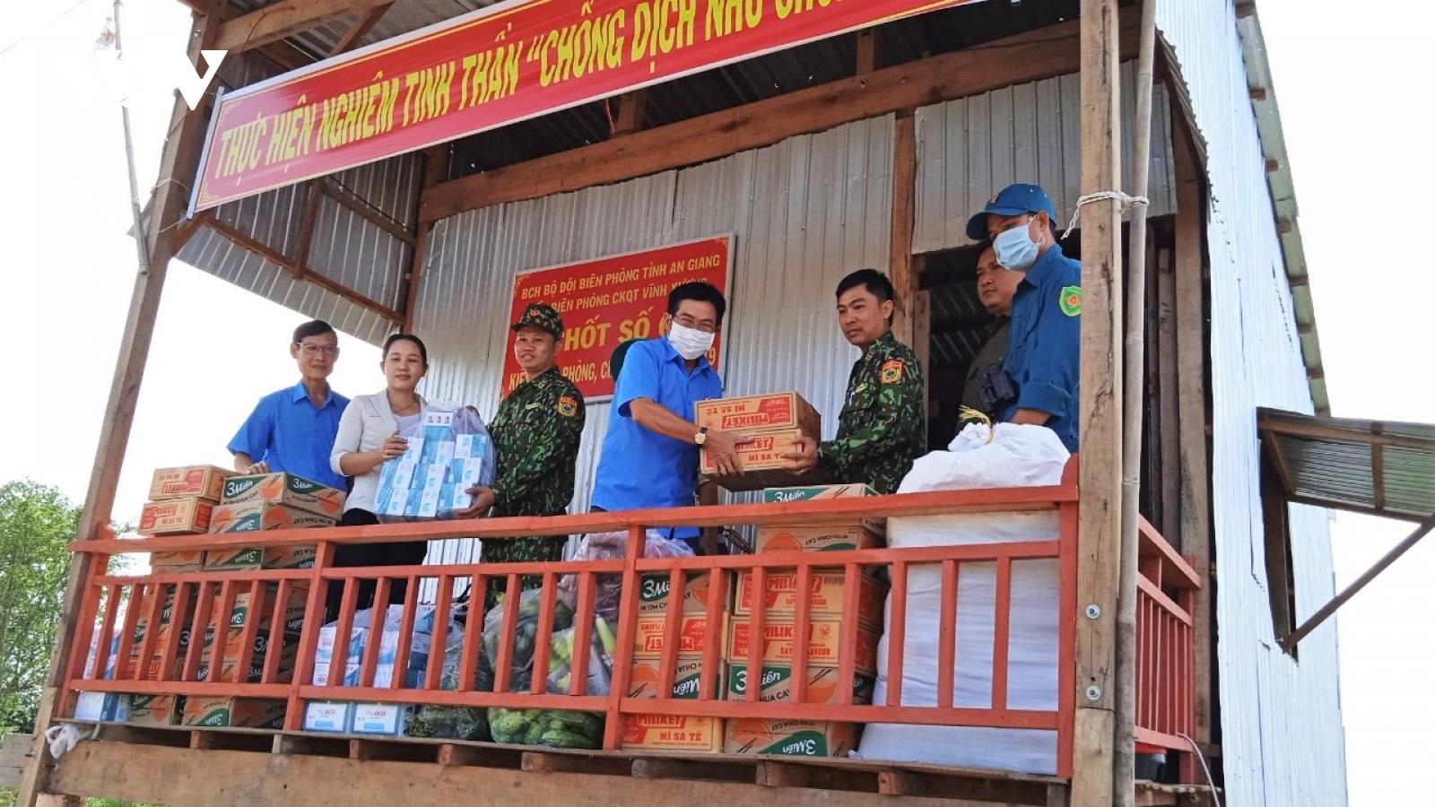 Cán bộ, chiến sỹ biên phòng An Giang mang mùa Xuân an lành đến với người dân