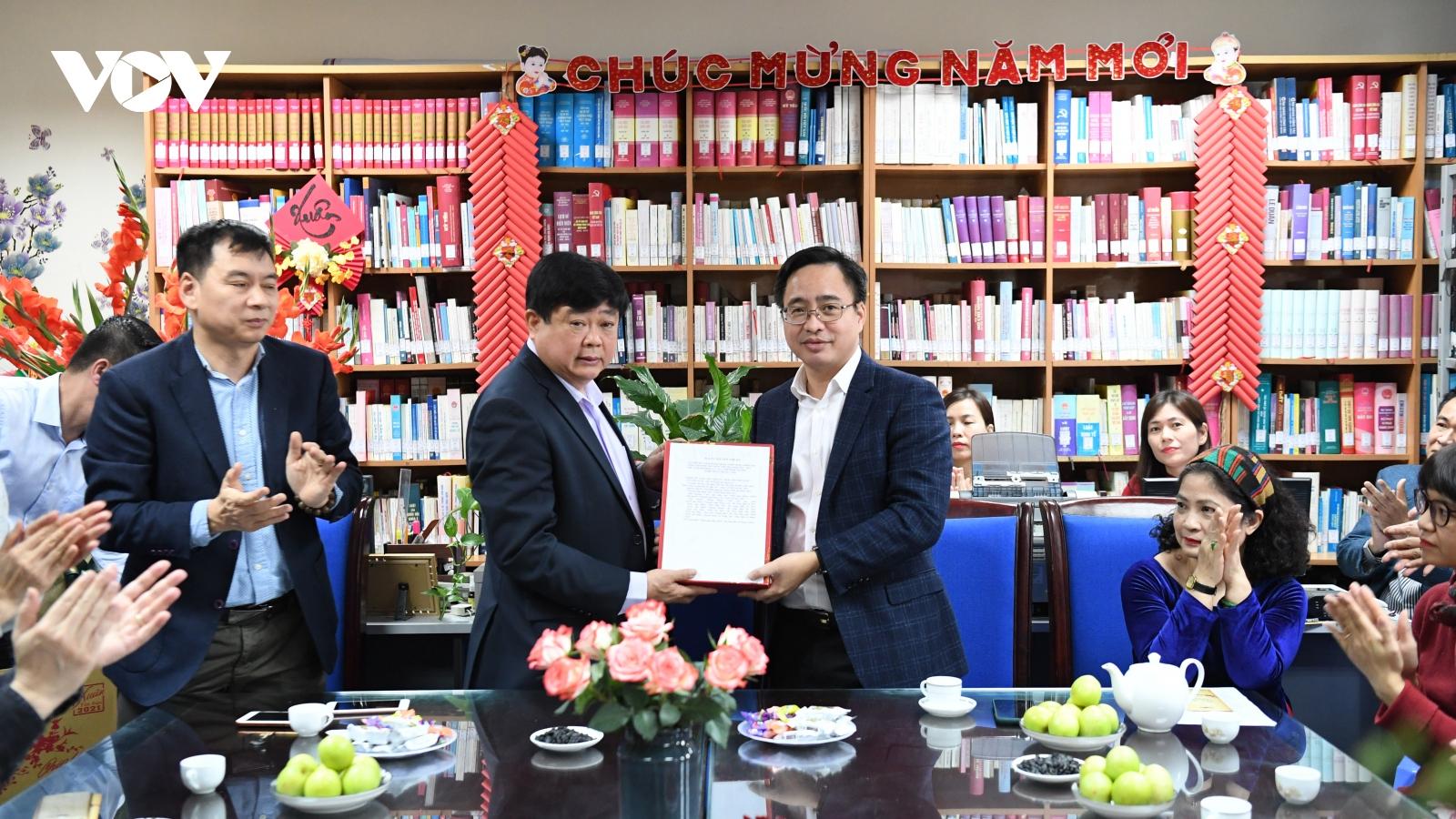 PGS.TS Nguyễn Thế Kỷ trao tặng sách cho Thư viện VOV