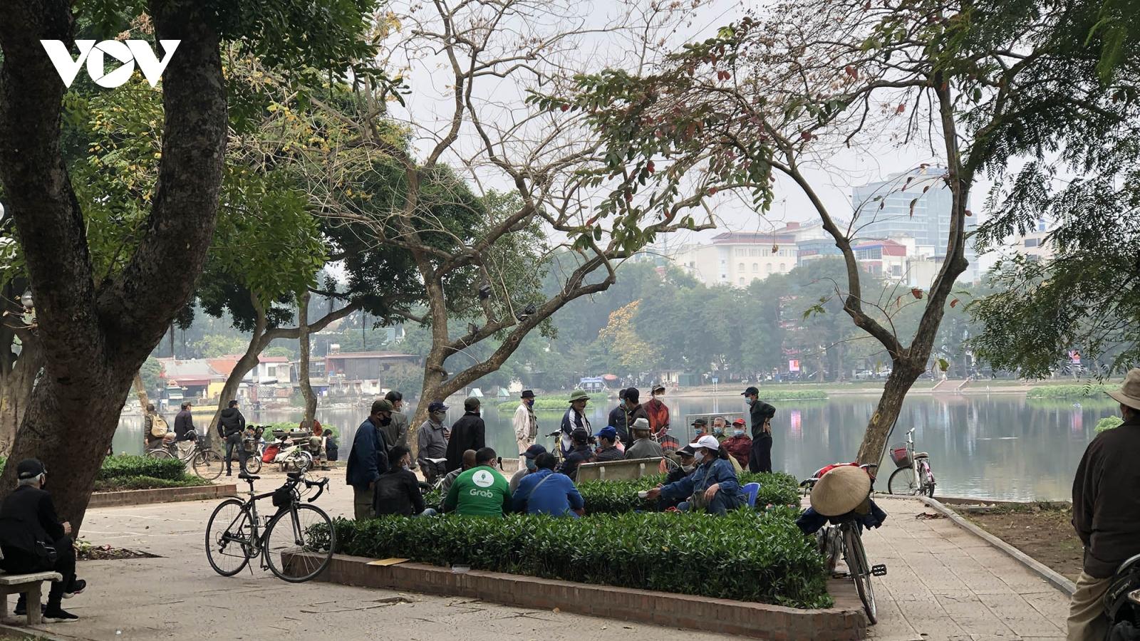 Nhiều hàng quán ở Hà Nội tái chiếm vỉa hè khi chưa nới lỏng giãn cách