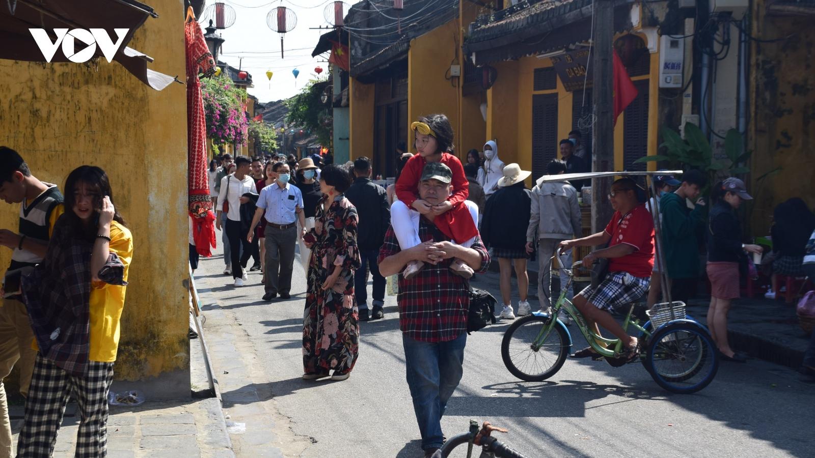 Rất đông khách du xuân phố cổ Hội An ngày mùng 4 Tết