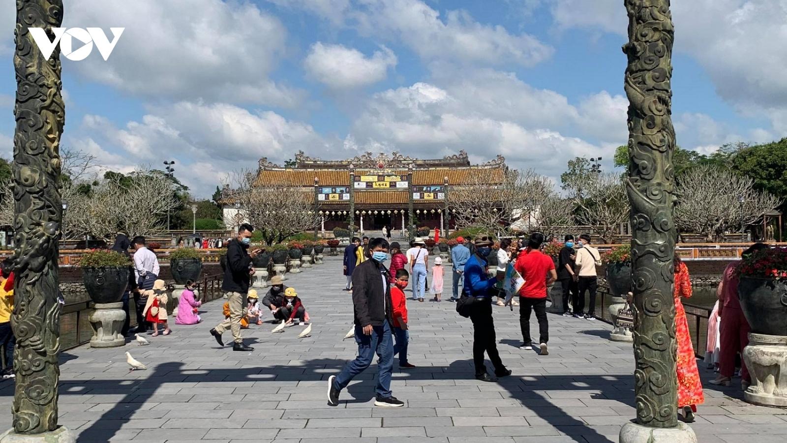 Khu Di sản Huế thu hút khách du xuân những ngày đầu năm mới