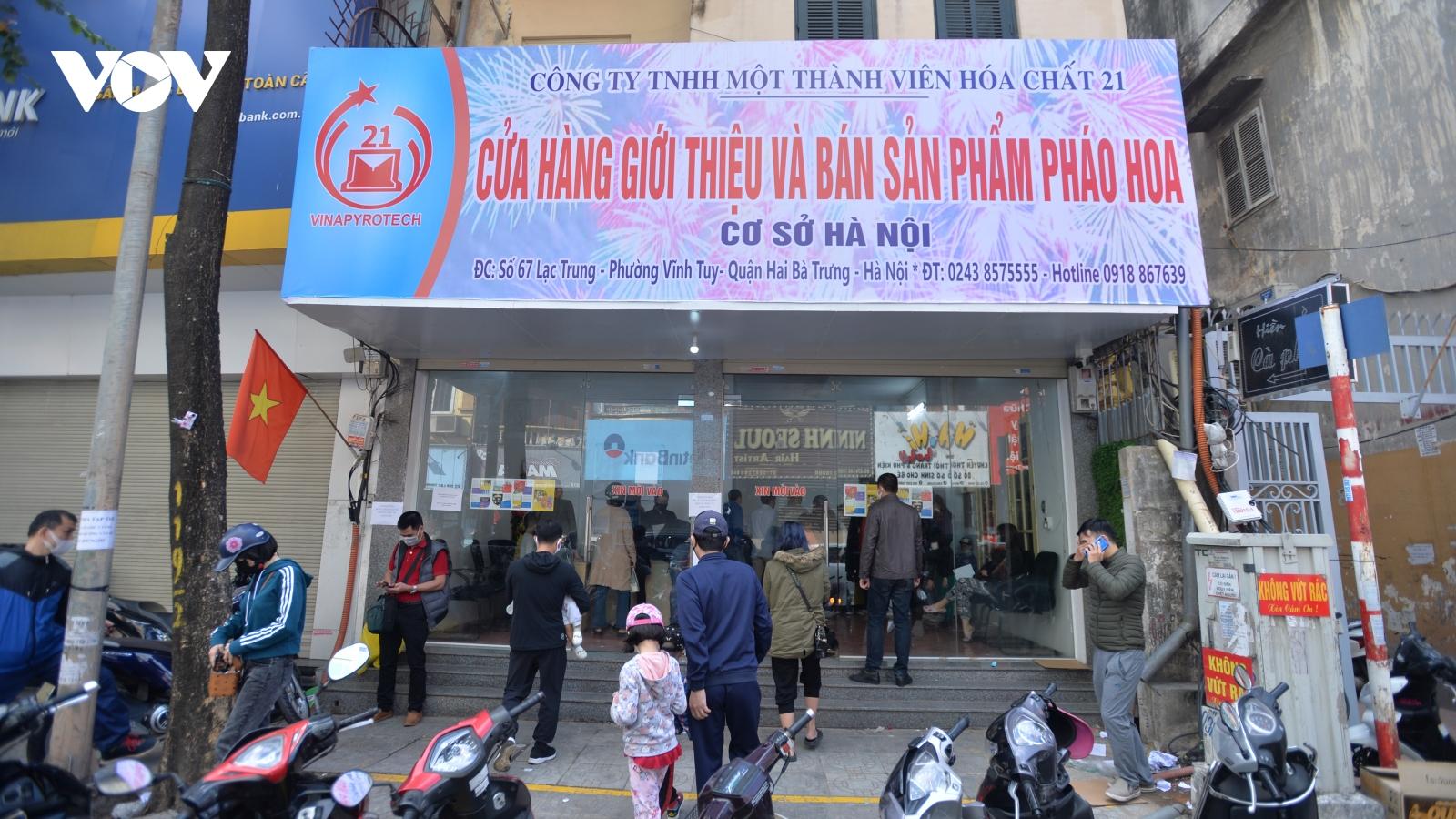 Người dân Hà Nội nô nức xếp hàng mua pháo hoa không nổ chơi Tết