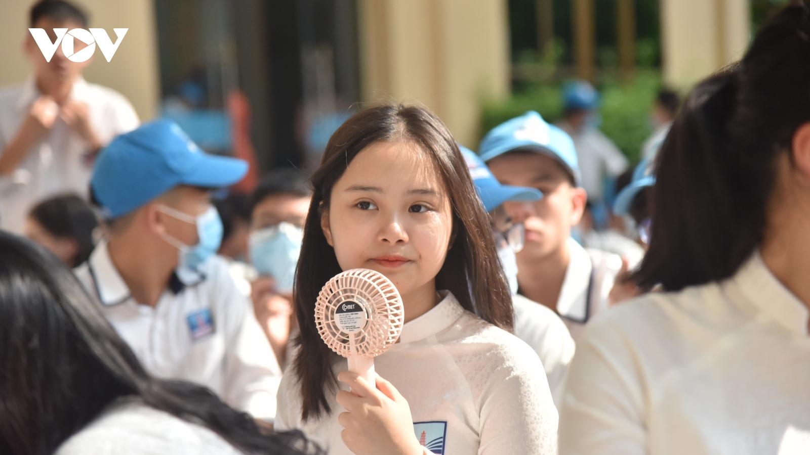 Phụ huynh, học sinh đứng ngồi không yên trước quy định tuyển sinh lớp 10 của Hà Nội