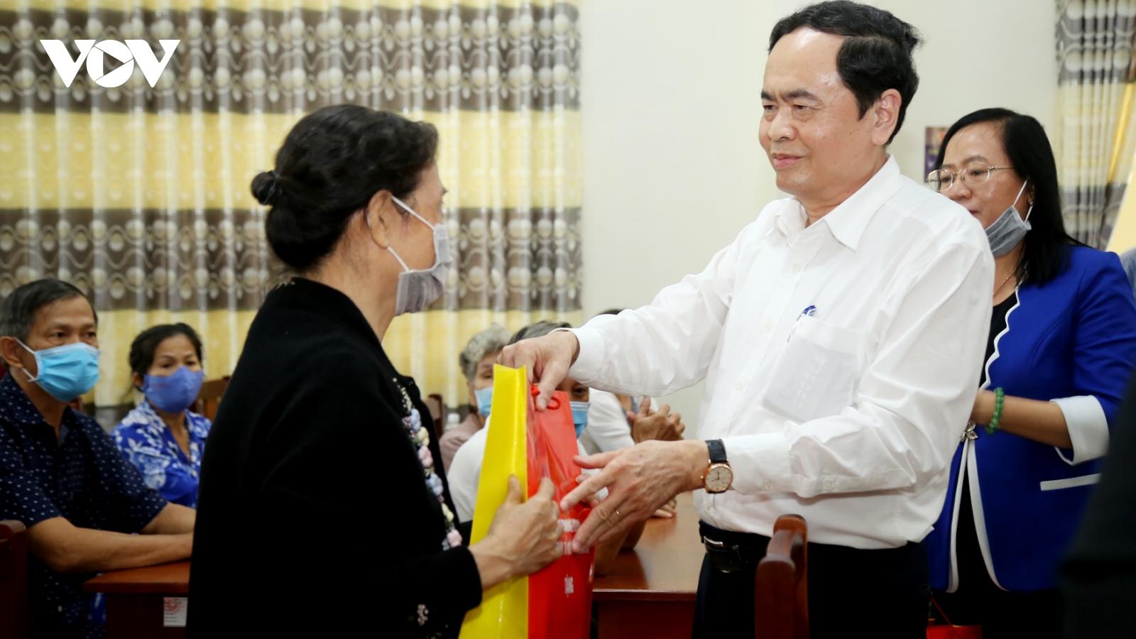 Chủ tịch Mặt trận Tổ quốc Việt Nam tặng quà tại Cần Thơ