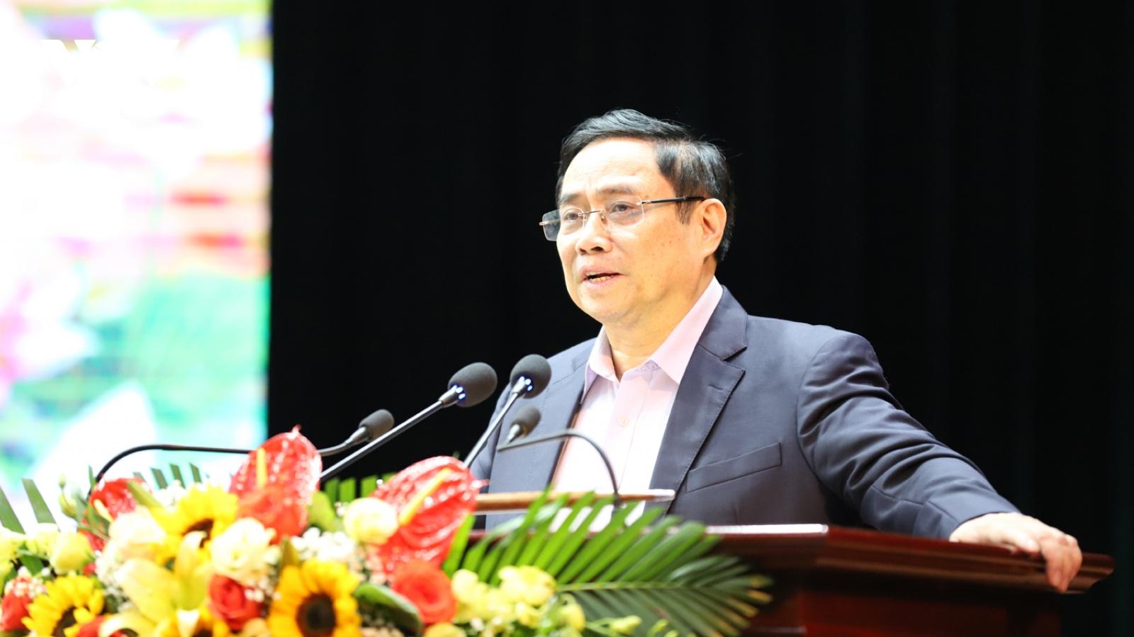 Trưởng Ban Tổ chức Trung ương Phạm Minh Chính tặng quà công nhân, người lao động ở Sơn La
