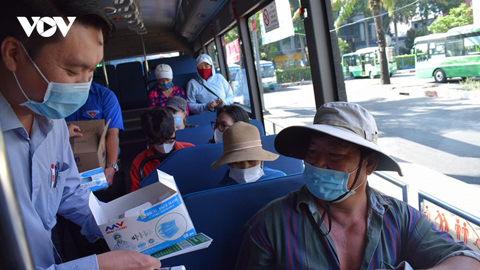 TP HCM phát khẩu trang và nước rửa tay miễn phí cho khách đi xe buýt