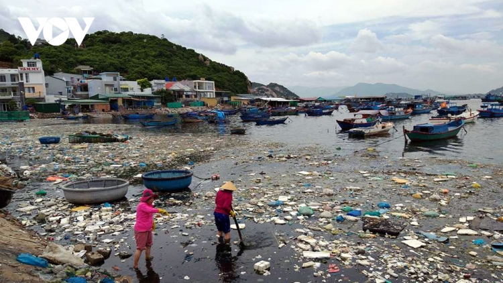Nỗi ám ảnhrác thải nhựaở vùng biển Nam Trung bộ
