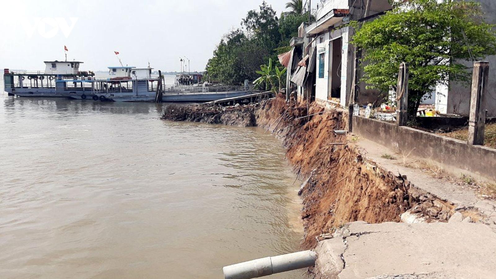 Khắc phục hậu quả sạt lở làm 6 căn nhà chìm xuống sông