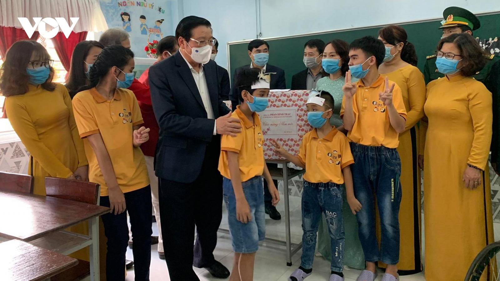 Trưởng Ban Nội chính Trung ương Phan Đình Trạc tặng quà gia đình chính sách ở Huế