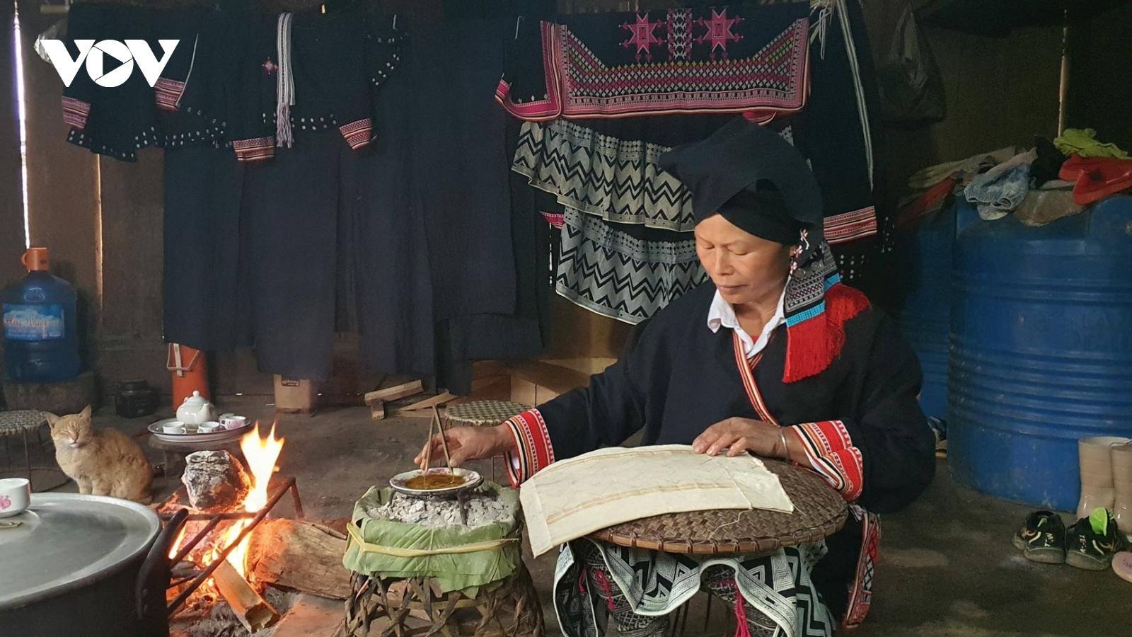 Sáp ong trên váy nhuộm tràm tôn thêm vẻ đẹp của phụ nữ Dao Sơn La ngày xuân