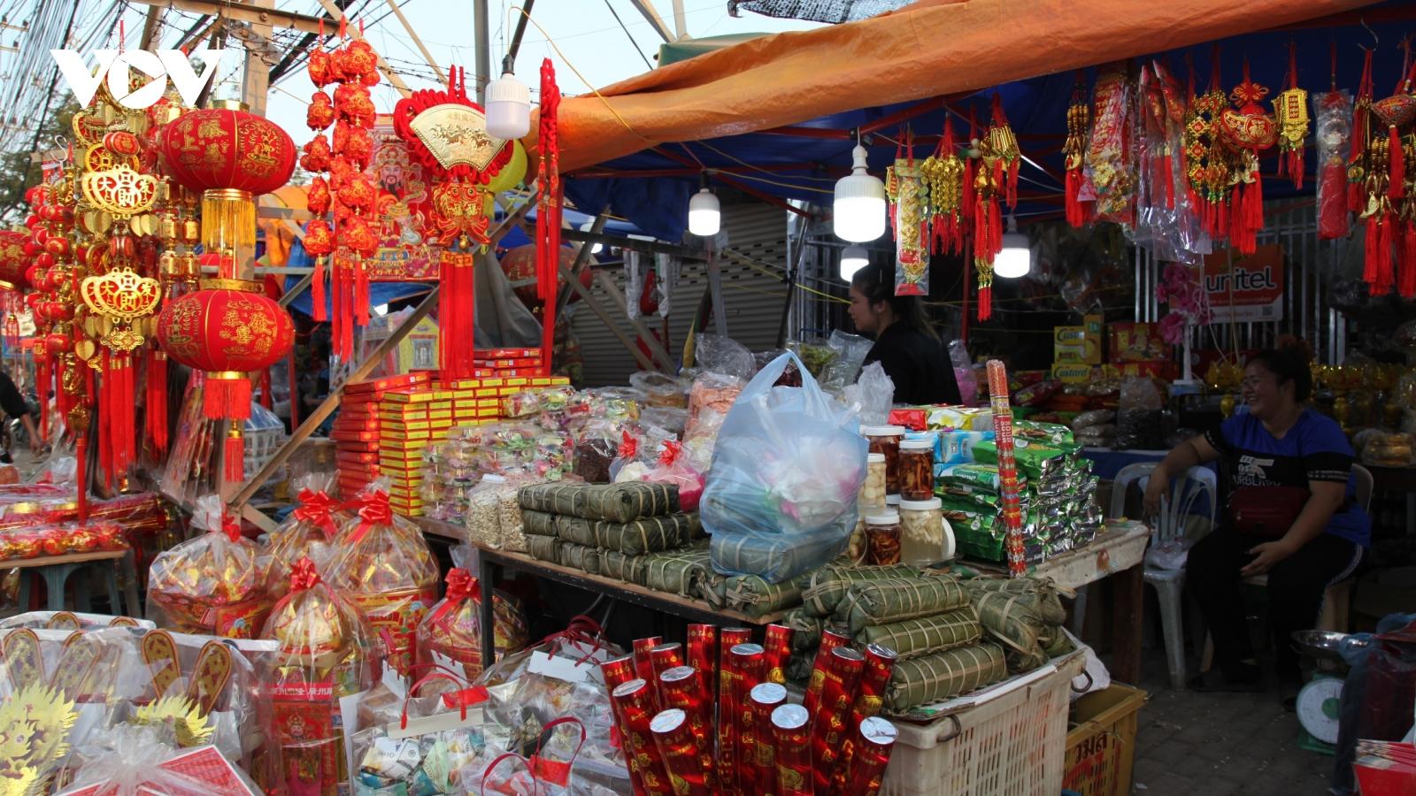 Cuối năm, đi chợ Tết Việt tại Lào