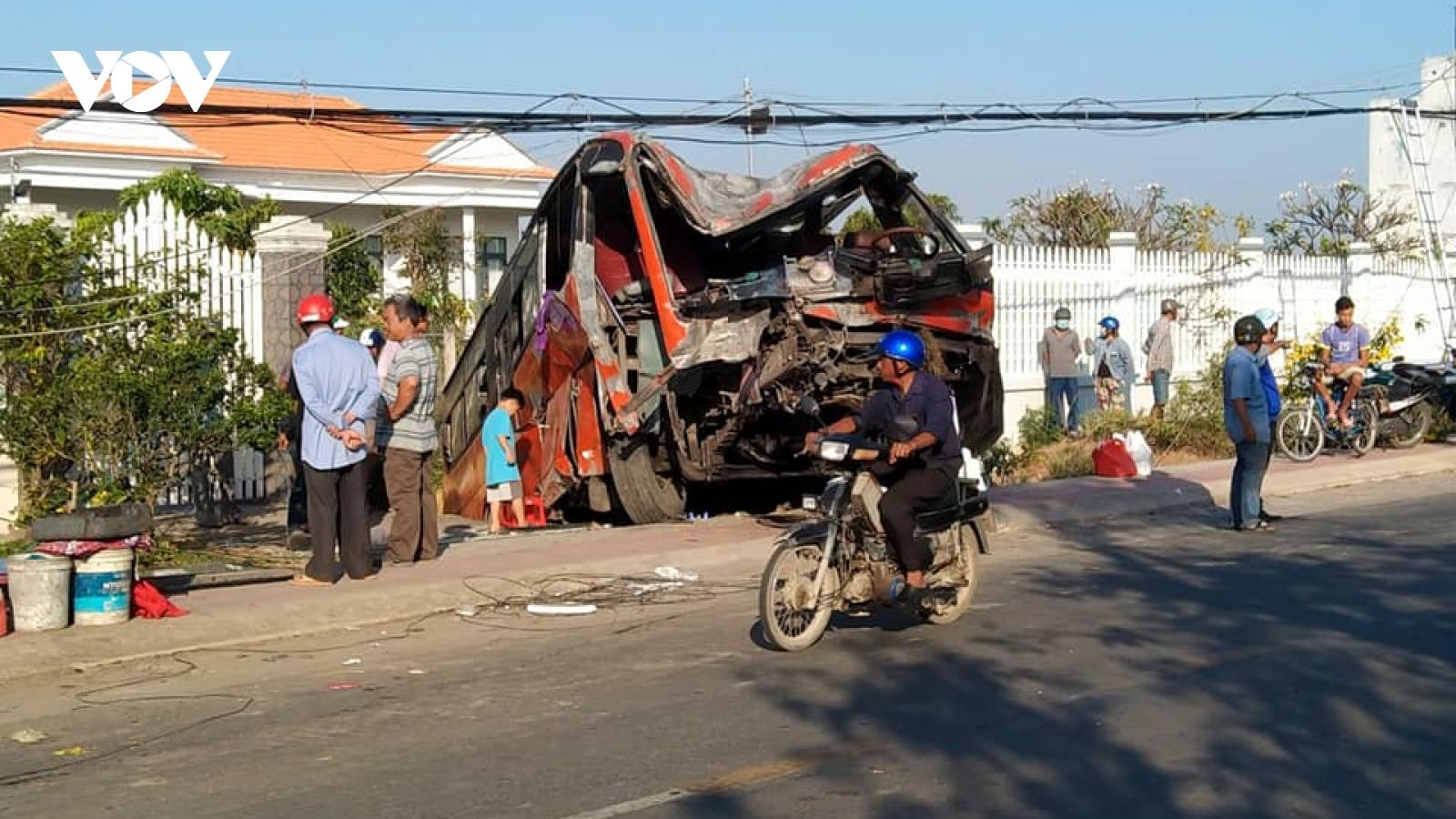 Ô tô khách tông vào trụ điện làm 2 người thương vong ở Tiền Giang