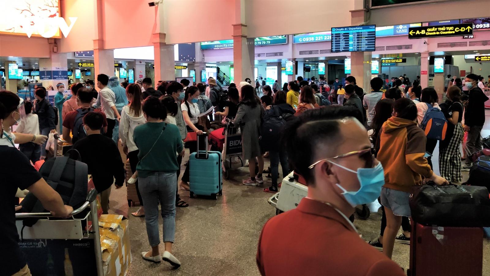 """Sân bay ga tàu tại TPHCMtấp nập người """"vượt dịch"""" về quê đón Tết"""