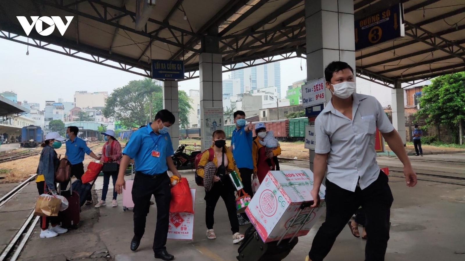 Những chuyến tàu, chuyến xe mùa Xuân đưa công nhân nghèo về quê đón Tết