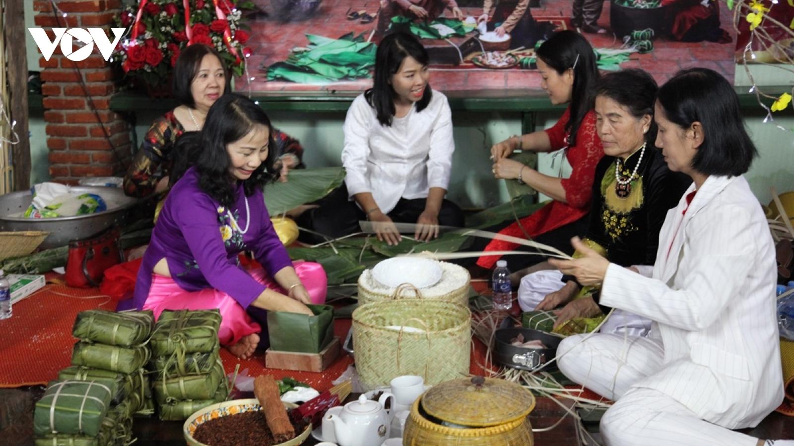 """Ngày hội """"Gói bánh chưng - gói trọn tình quê hương"""" của bà con người Việt tại Lào"""