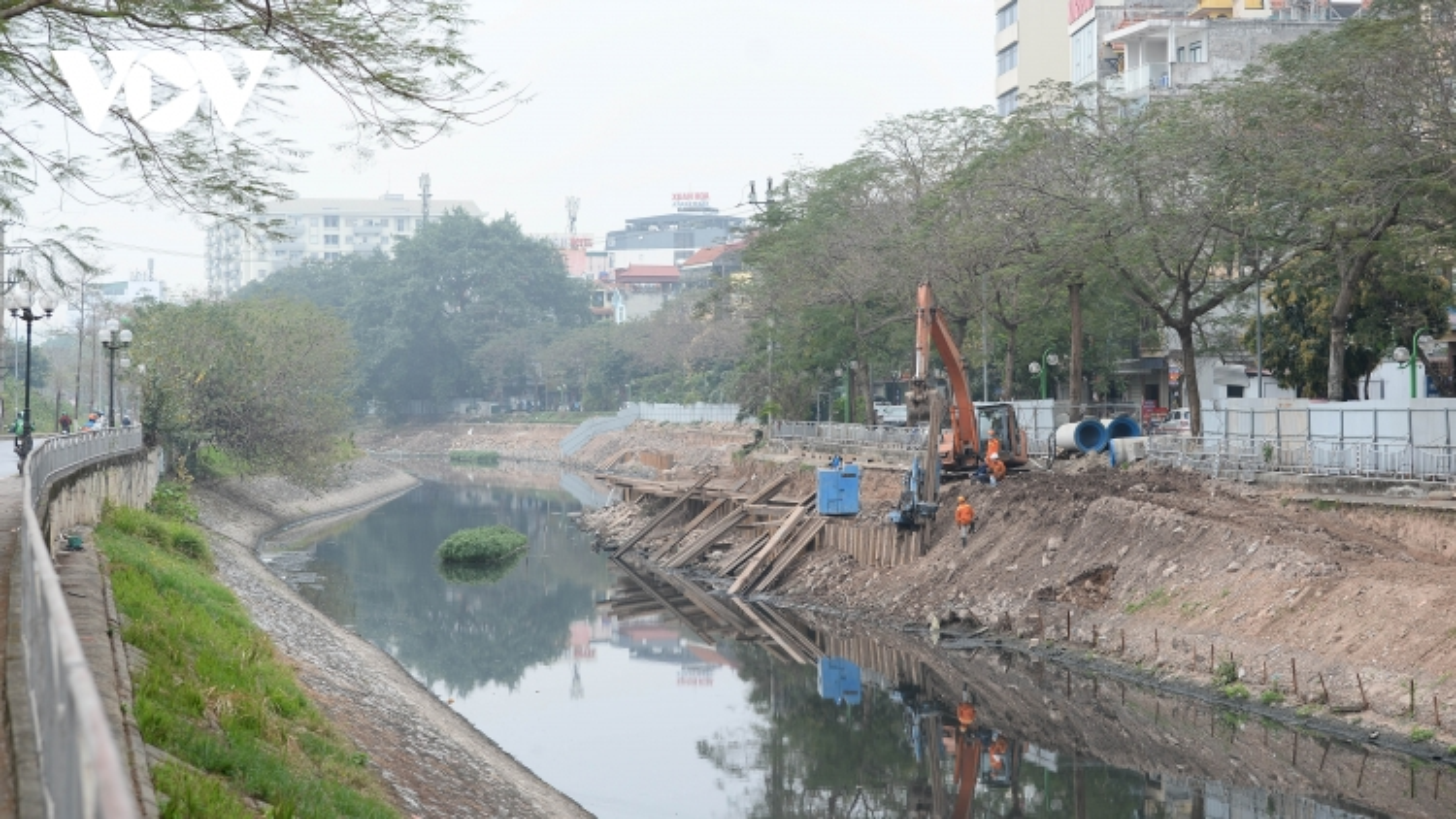 Cận cảnh lắp đặt hệ thống cống thu gom nước thải dọc sông Tô Lịch
