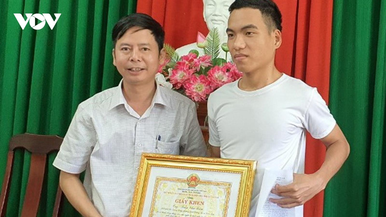 Khen thưởng thanh niên bơi ra biển cứu 3 em học sinh đuối nước ở Quảng Nam