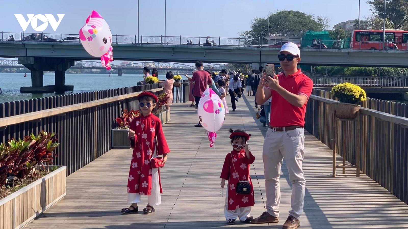 Người dân vui xuân bên bờ sông Hương