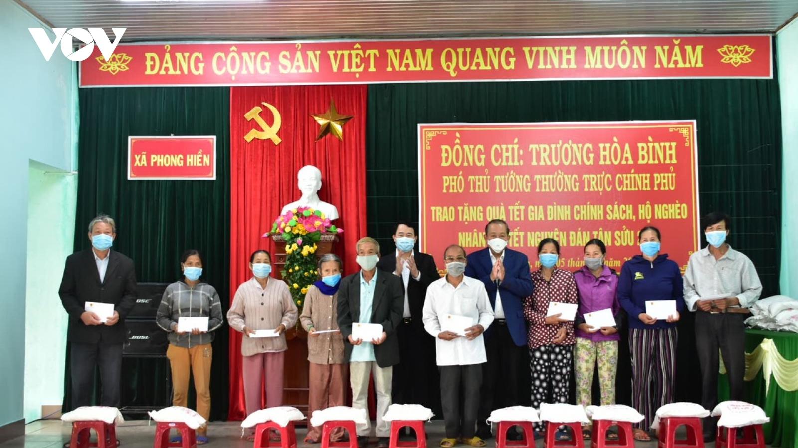 Phó Thủ tướng Thường trực tặng quà các gia đình chính sách Thừa Thiên Huế