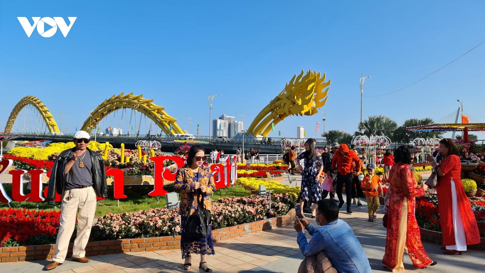 Thời tiết đẹp, người dân và du khách tại Đà Nẵng du xuân, lễ chùa