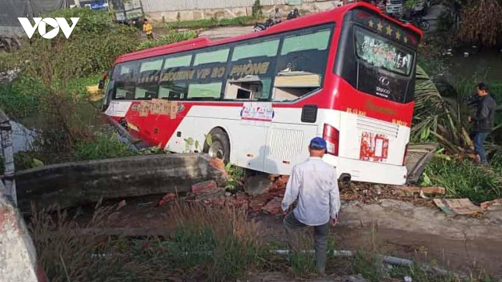 Xe khách 52 chỗ ngồi lao xuống kênh, nhiều người thoát chết
