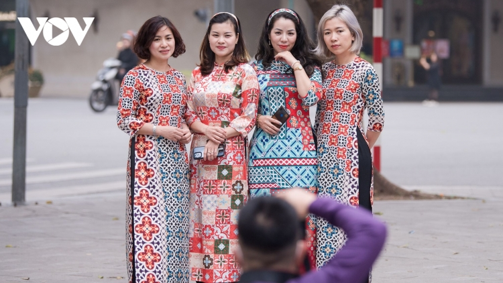 Phụ nữ Hà Thành nô nức diện áo dài chụp ảnh trên phố