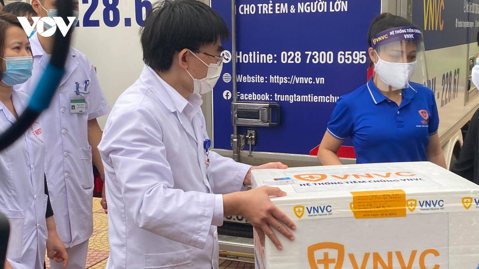 100 cán bộ, nhân viên y tế Bệnh viện Bệnh Nhiệt đới Trung ương tiêm vaccine COVID-19