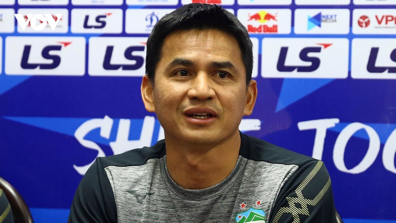 HLV Kiatisuk lý giải vì sao bầu Đức cười tươi và không nói chuyện bóng bánh với Lee Nguyễn