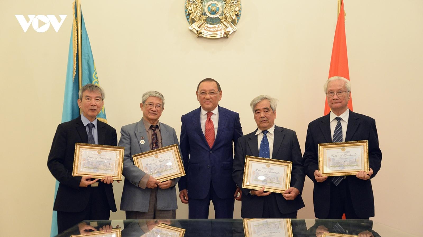 Kazakhstan trao bằng khen cho dịch giả và nhà giáo Việt Nam