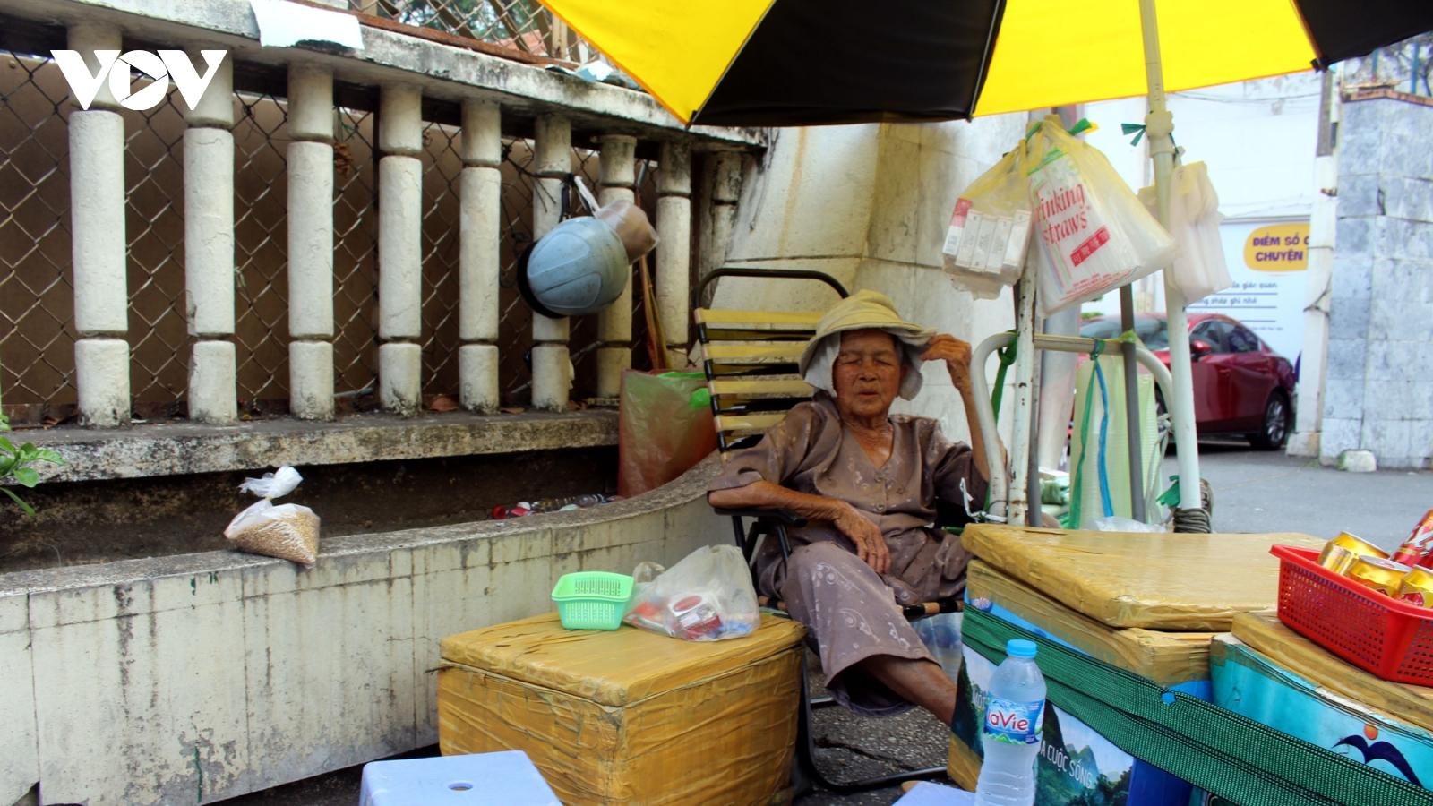Nắng nóng cao điểm, nhiều người dân TPHCM vất vả mưu sinh