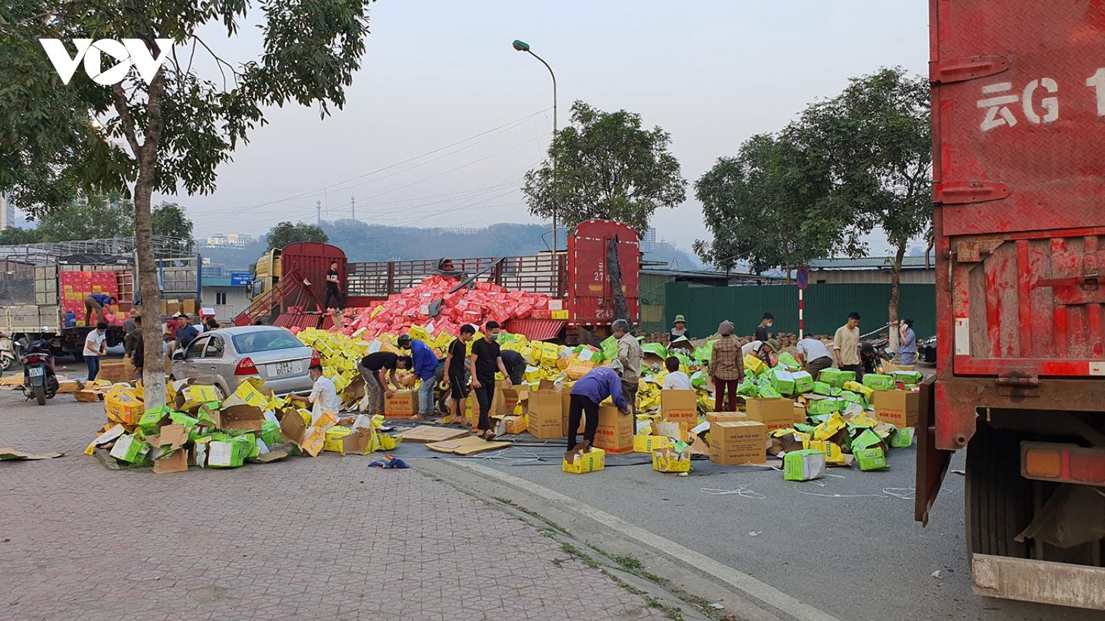 Hàng nghìn kiện nước ngọt bị đổ xuống đường gây ách tắc cửa khẩu Kim Thành