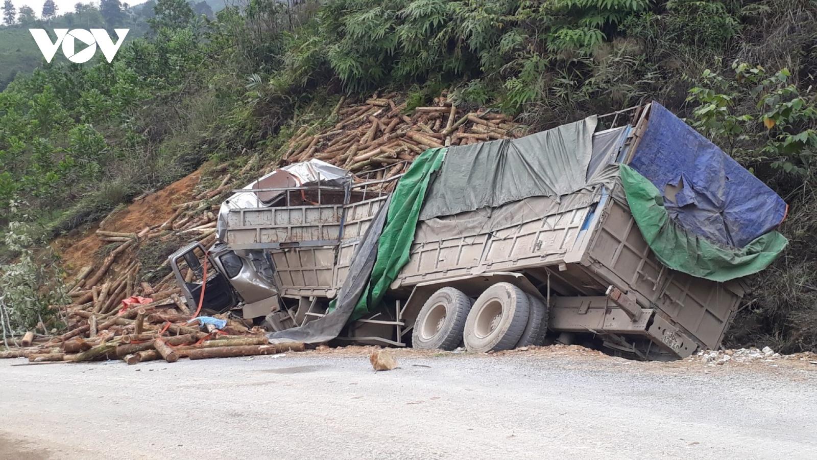 Hiện trường vụ TNGT nghiêm trọng tại Lang Chánh, Thanh Hóa khiến 7 người tử vong