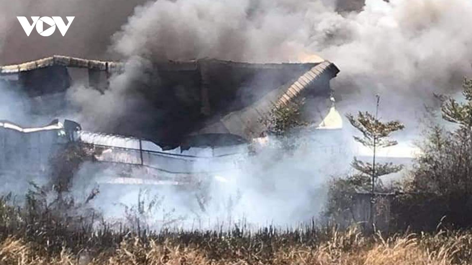 Bãi cỏ khô cháy lan sang nhà xưởng công ty rộng hàng nghìn m2 ở Bình Dương