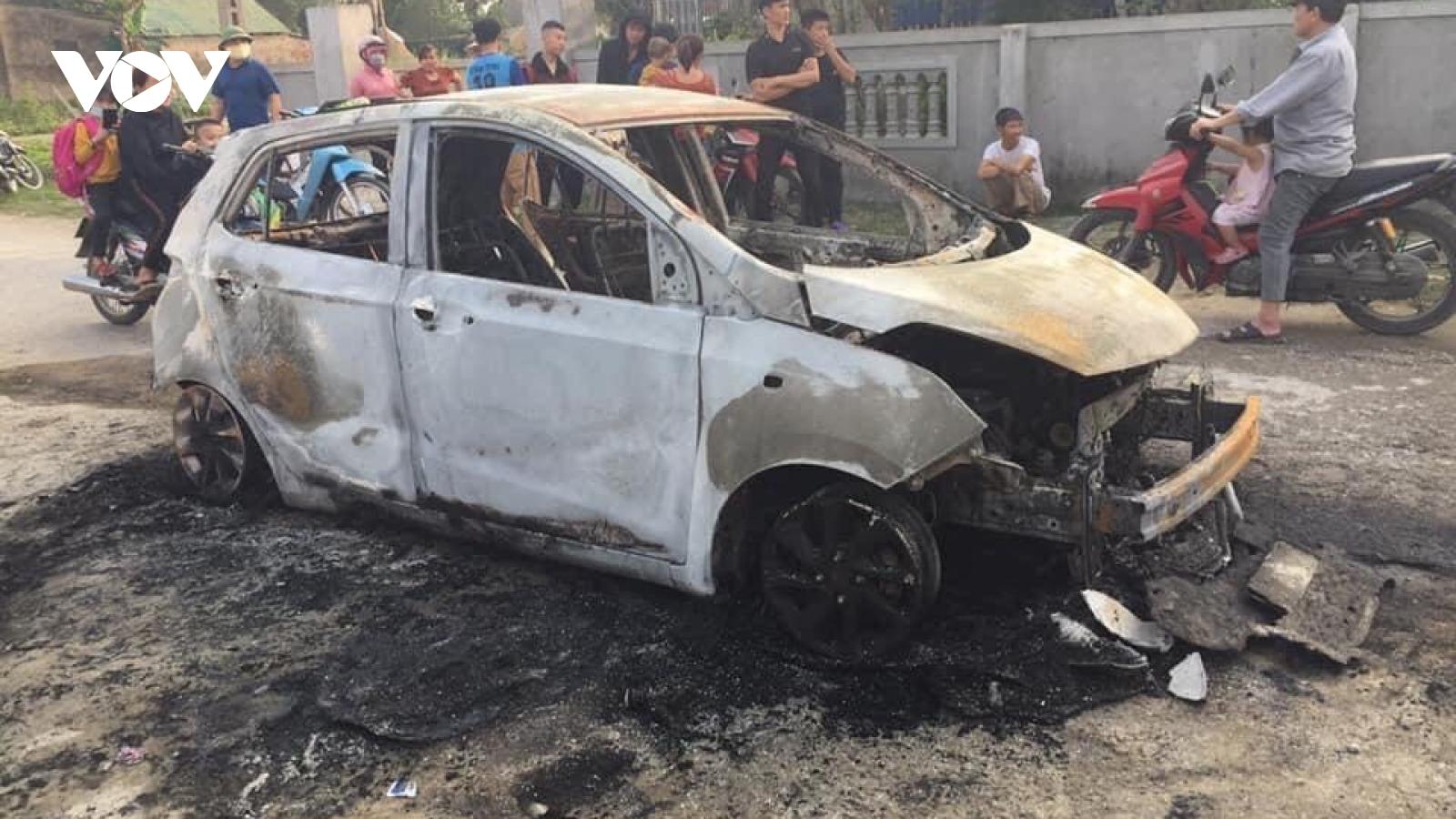 Lái xe ôm giấy tờ thoát ra khỏi chiếc ô tô bốc cháy dữ dội