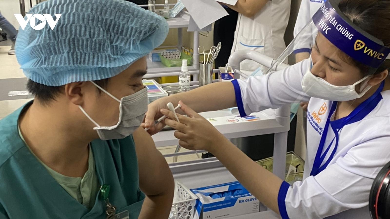 Phản ứng sau tiêm vaccine AstraZeneca tại Việt Nam đều nằm trong khuyến cáo