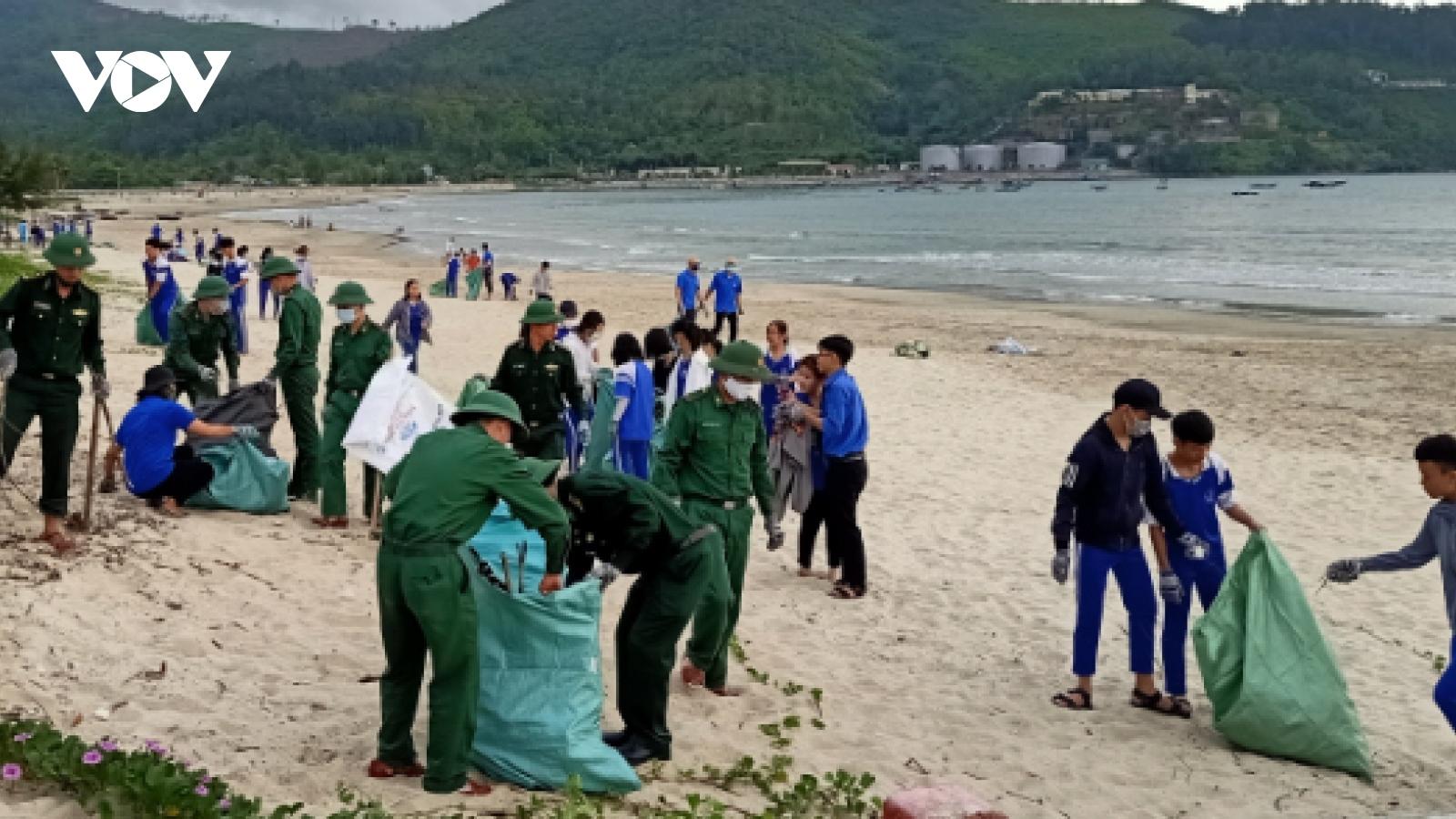 Tuổi trẻ Biên phòng Đà Nẵng ra quân làm sạch bãi biển