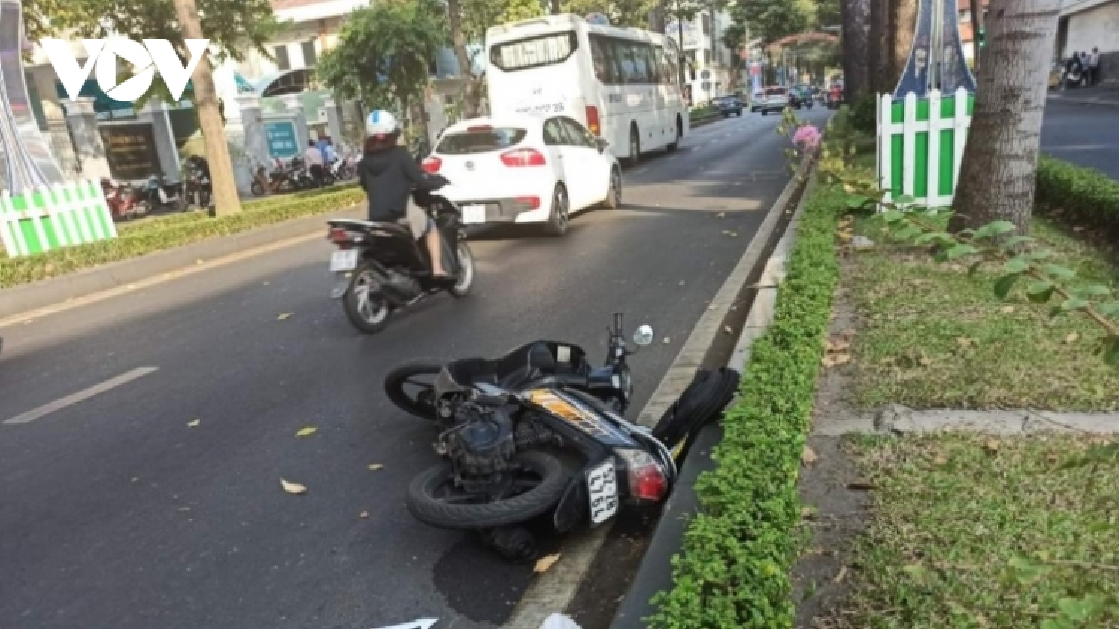 Người đàn ông nước ngoài tử vong khi đi xe máy trong làn ô tô