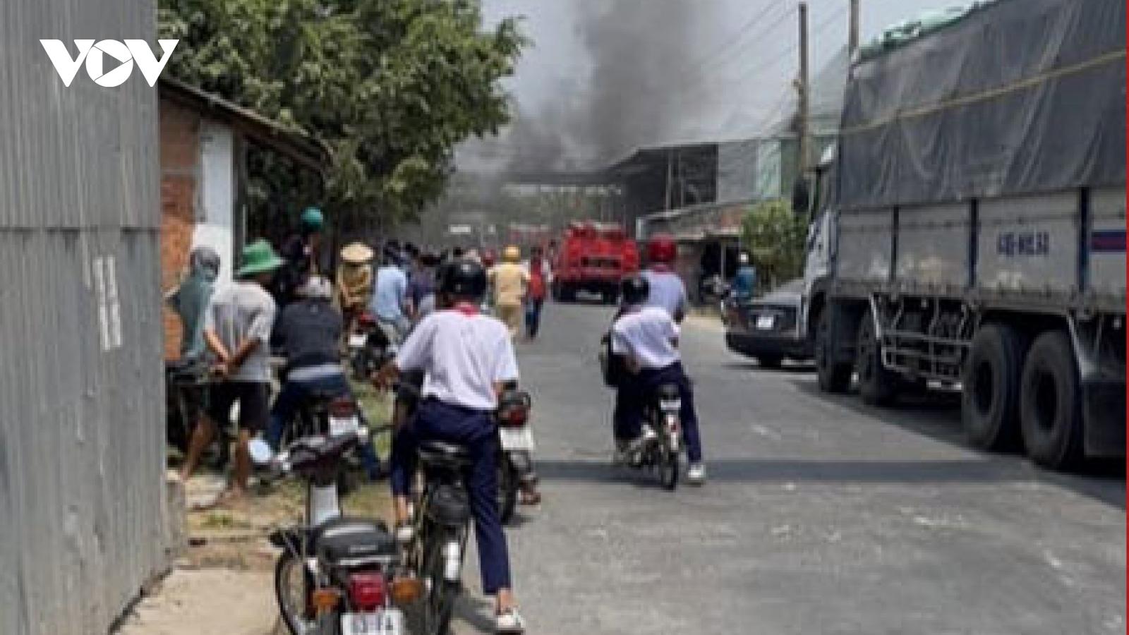Khống chế đám cháy tại nhà máy xay xát lúa gạo