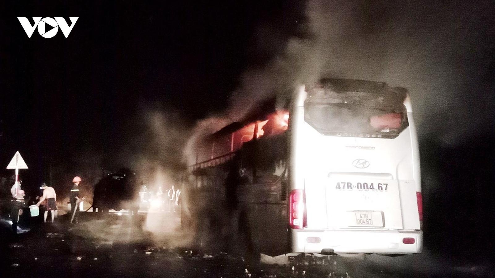 Xe khách giường nằm bốc cháy trên đường Hồ Chí Minh đoạn qua Kon Tum