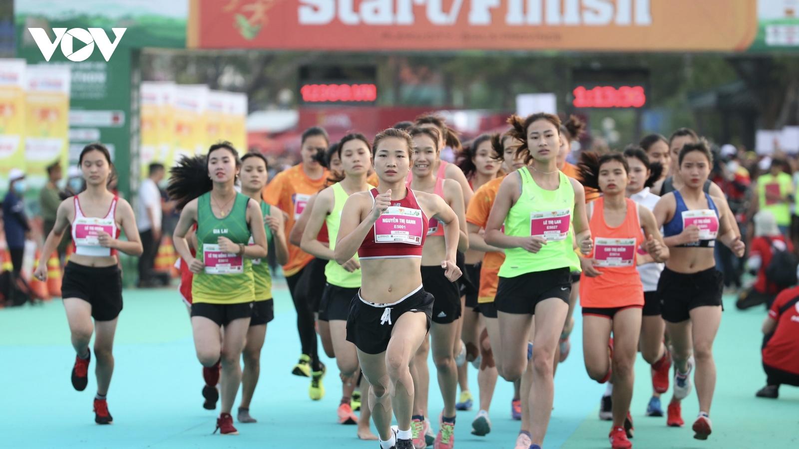 """Tiền Phong Marathon 2021: """"Cô gái vàng"""" Nguyễn Thị Oanh tỏa sáng"""